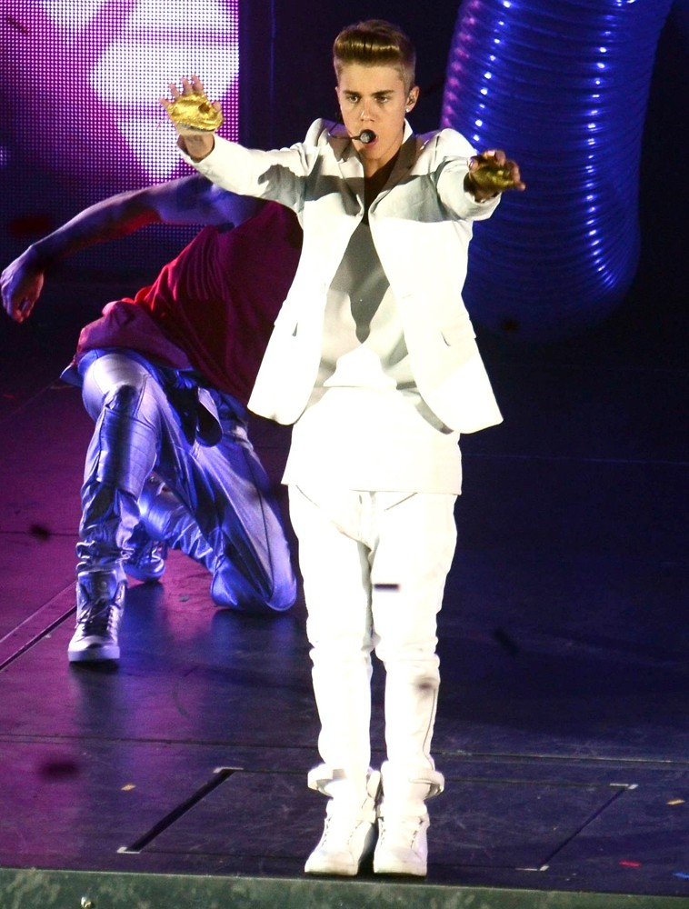 justin-bieber-performs-at-the-o2-03
