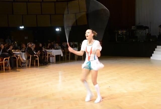 A magyar lány úgy ropja a csárdást a világhírű versenyen, mint még senki a világon! Káprázatos!