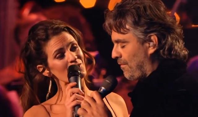 Soha nem láttad Andrea Bocellit feleségével énekelni. Libabőrös leszel ettől a duettől!
