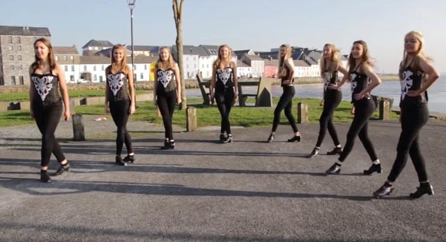 8 lány kiállt a tengerpart mellé, hogy elsteppelje mindenki kedvenc világslágerét!