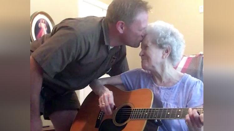 """""""Mindig visszatér hozzám, amikor énekelünk"""" - Megható duettet énekel az Alzheimer beteg néni és fia"""