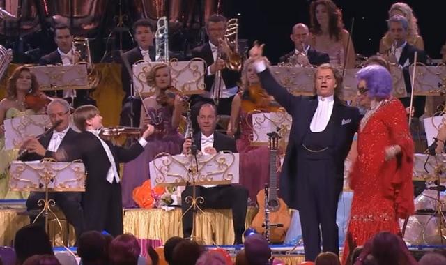 Ez a híres dal csodásan szól André Rieu imádott zenekarának előadásában! Hallgasd csak!