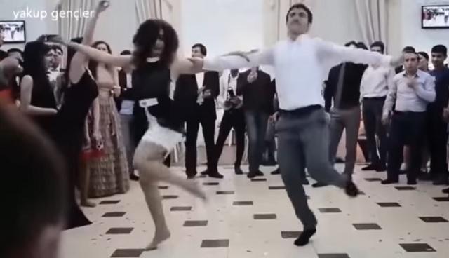 Nem tudom milyen táncot járnak ezen az esküvőn, de szavak nélkül hagytak!