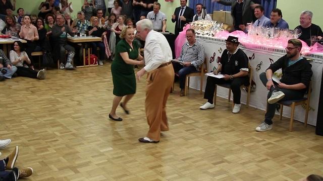 Ez a cuki idős pár az egész világnak megmutatja, hogy hogyan kell járni a táncot!