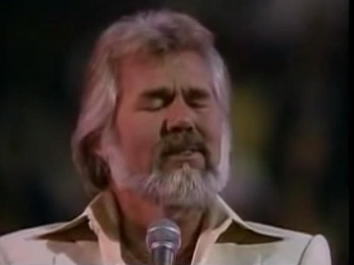 A zene igazi legendája lép a színpadra. Amikor énekelni kezd... könnyekig hatódsz!
