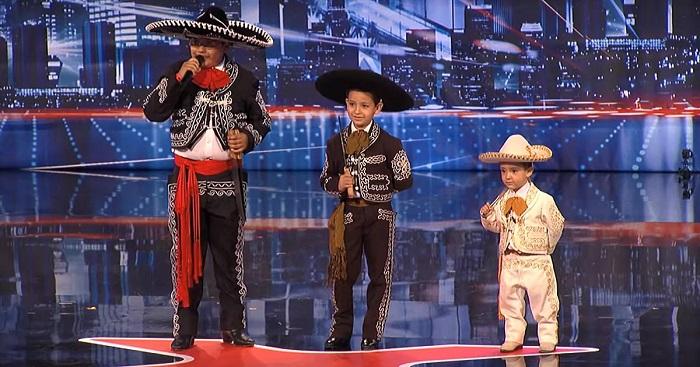 Három gyerkőc lép a színpadra, a 3 éves azonnal kiüti a cukiságmérőt