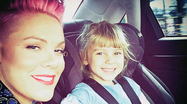 Pink megható módon győzte meg a 6 éves kislányát, hogy fogadja el önmagát olyannak, amilyen!