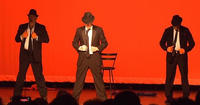 Közismert dalra táncol ez a három férfi. De figyeld csak a bal oldali táncost!