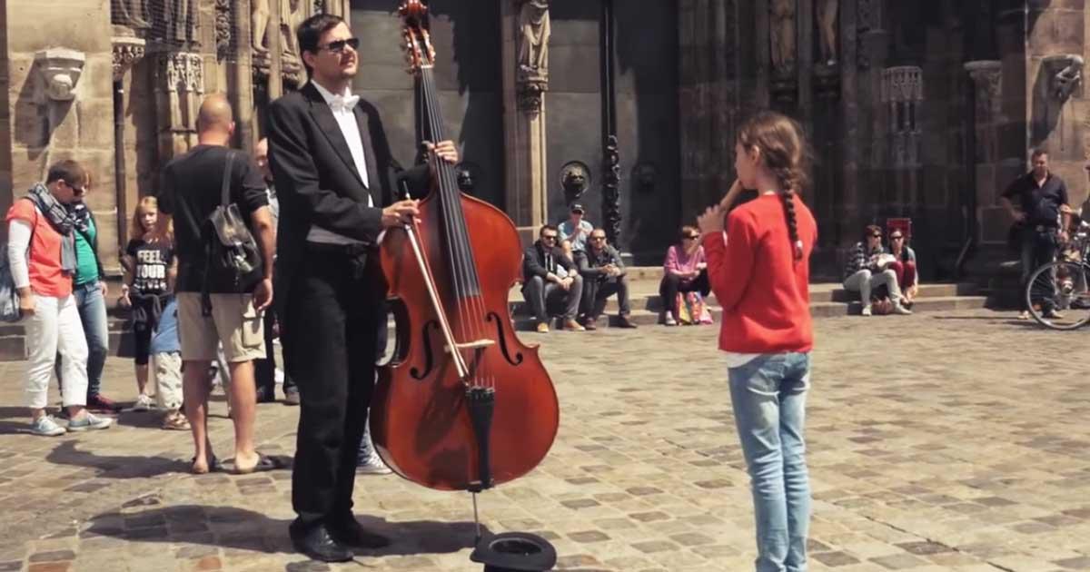 Furulyával játszik az utcai zenésznek a kislány, válaszként igazi ajándékban lesz része