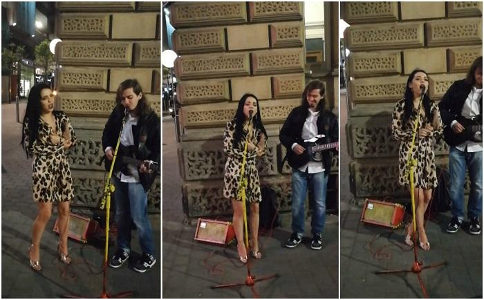 Magányosan énekelt az utcazenész, aztán odalépett a lány, hogy mindenkit levegyen a lábáról a hangjával