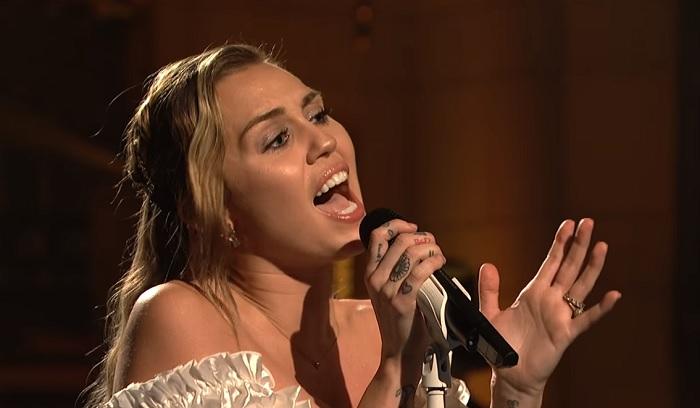 Dupla dalpremier, élőben: két érzelmes balladát is megmutat új albumáról Miley Cyrus!