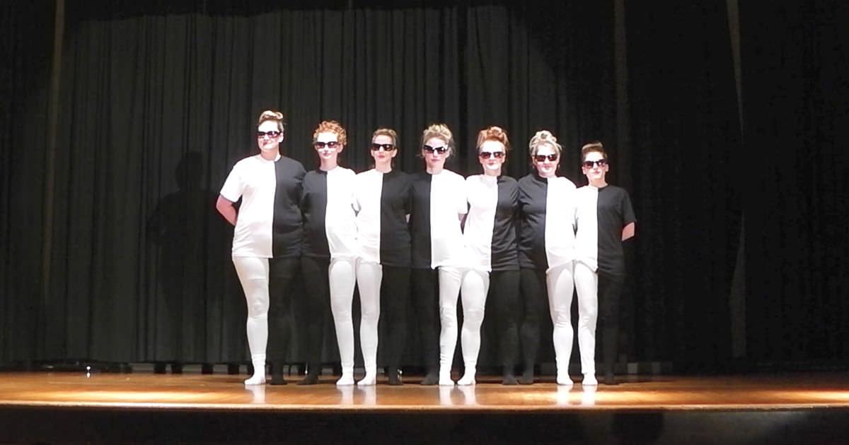 7 fiatal nő áll mozdulatlanul a színpadon - Figyeld, mi történik, amikor elkezdenek táncolni!