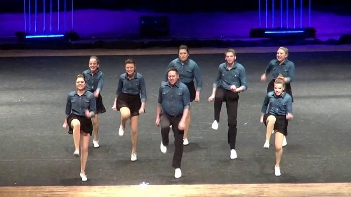 Ezek a táncosok pillekönnyedséggel mozognak a színpadon. Nem csoda, hogy zsinórban nyertek fődíjat négy éven keresztül!