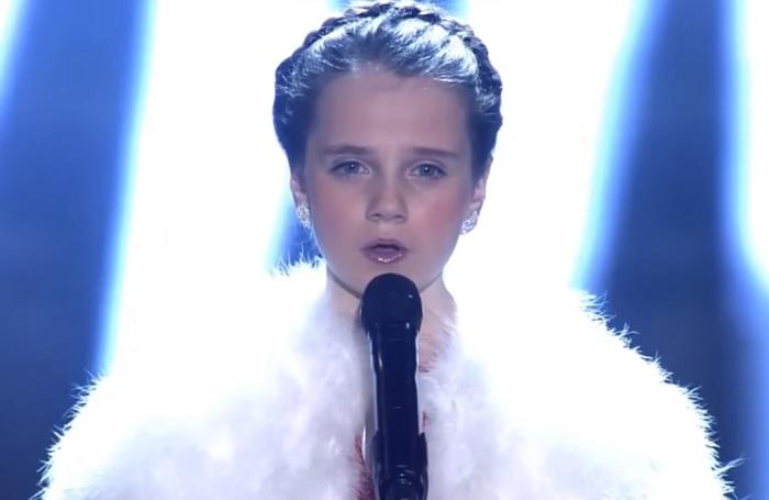 Karácsonyi dalt énekelt a kislány, angyali hangja síri csendet teremtett a templomban