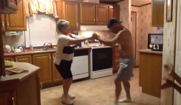 Legközelebb, ha felcsendül a kedvenc számod ragadd meg édesanyádat és járjatok egy ehhez hasonló táncot!