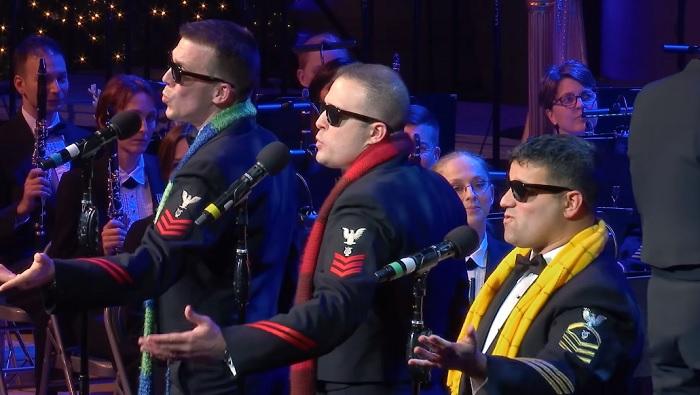 Klasszikus karácsonyi dalt énekelnek a tengerészek, figyeld csak a sárga sálas pasit!