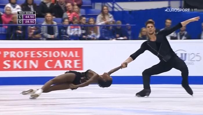 Két fiatal áll a közönség elé, amikor a zene felcsendül, a jég csak úgy izzik a korcsolyájuk alatt!