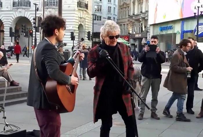 Valaki a tömegből csatlakozik az utcazenészhez. Figyeld a járókelők reakcióját, amikor ráébrednek, ki is ő valójában!