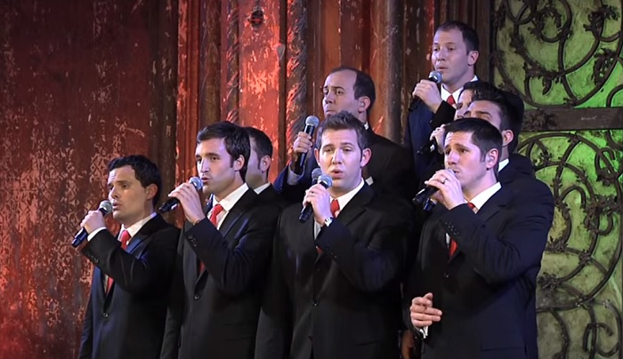 10 pasi karácsonyi dalokat énekel, miközben a közönség fetreng a nevetéstől! Te érted ezt?!