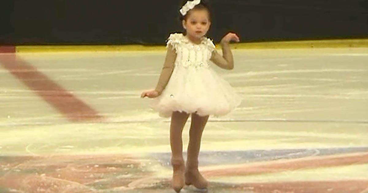 Egy aranyos kislány siklik a jégre, és vár. Figyeld csak, ki csatlakozik hozzá!