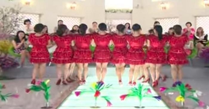 Csodálatos piros ruhában állnak a színpadra. Amikor a közönség felé fordulnak, senki sem akar hinni a szemének!
