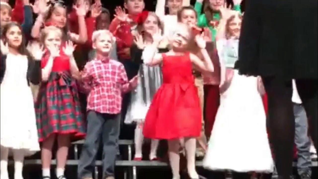 A gyerekek elfoglalják a helyüket a színpadon. Amikor megszólal a zene, a piros ruhás lány valamennyiüket lepipálja!