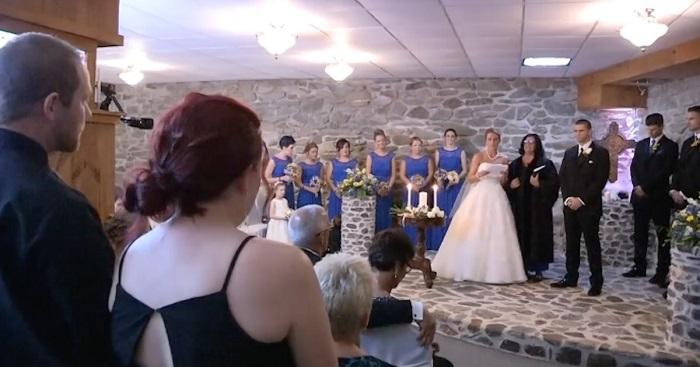 A menyasszony meglátja a férje ex-nejét az esküvőn. Ekkor lábra szólítja őt...