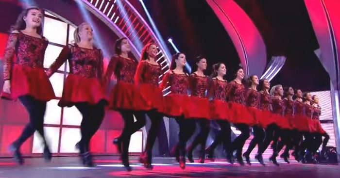 15 táncosnő áll ki a színpadra, a közönség azonnal ujjongani kezd, amint elkezdtek táncolni!