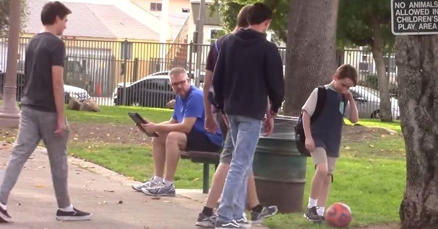 Három tinédzser zaklat egy kisfiút a parkban. Szerinted hogy reagálnak erre a járókelők?