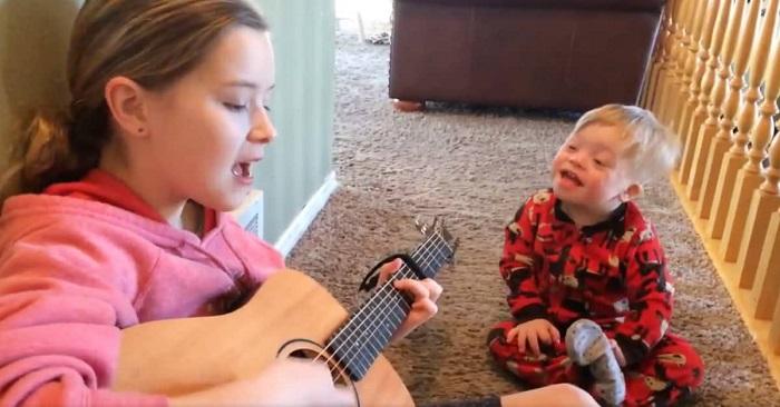 A 2 éves Down-szindrómás kisfiú alig tud beszélni, de amikor a nővére énekelni kezd… imádnivaló!