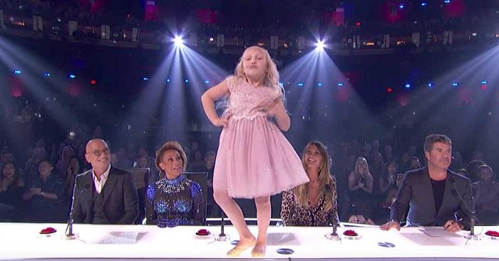 Két imádnivaló gyerek lép színpadra. Pár perccel később a nézőtér állva tapsolja meg őket!