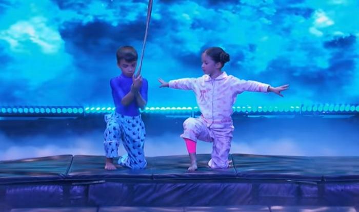 Veszélyes mutatvánnyal veszi le a lábáról a közönséget ez a két artista gyereke