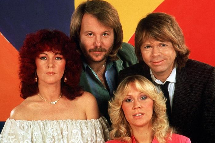 """Az ABBA együttes két vadonatúj számmal jelentkezik több mint három évtizeddel az után, hogy tagjai utoljára vonultak be együtt lemezfelvételre egy stúdióba.      """"Nem várt következménye lett annak a döntésnek, hogy összehozunk egy ABBA avatár turnét. Mind a négyen úgy éreztük, hogy 35 év után jó mulatság lesz újra összefogni és stúdióba vonulni"""" - fogalmaztak pénteken kiadott közös közleményükben.     A két szám közül az egyik címe I Still Have Faith In You (Még mindig hiszek benned), a dalt decemberben sugározza majd a BBC brit és az NBC amerikai televízió egy showműsorban, amelyben az ABBA tagjainak digitális avatárjai adják majd elő - írja a BBC News.     Újabb közös munkájukról az ABBA tagjai azt írták, """"onnan kezdtük el, ahol abbahagytuk: olyan volt az egész, mintha megállt volna az idő, és csak egy rövid szünetre váltak külön útjaink"""".     Goral Hanser, az ABBA szóvivője az új dalokról közölte: """"hangzásuk a megszokott lesz, de modern is"""". """"A stúdiómunka olyan volt, mint a régi időkben"""" - mondta az Aftonbladet svéd napilapnak nyilatkozva.     Hanser hangsúlyozta, az együttes nem fog élőben fellépni, csupán hologramok lesznek a jövőbeni ABBA avatár turnén. """"Nem várható el tőlük, hogy újra összeálljanak a színpadon. Nem fogják megtenni"""" - tette hozzá.     Az ABBA 1972-ben alakult, az Agnetha Fältskog, Anni-Frid Lyngstad, Björn Ulvaeus és Benny Andersson alkotta svéd csapat 1974-ben vívta ki magának a nemzetközi hírnevet, miután Waterloo című számukkal megnyerték az Eurovíziós Dalfesztivált. 1982-ben váltak szét útjaik, utoljára 1986-ban álltak együtt színpadon. Az elmúlt évtizedekben 400 millió példányban keltek el albumaik.     Az elmúlt évtizedekben ellenálltak minden felhívásnak az újabb közös zenélésre, 2000-ben például állítólag egymilliárd dolláros ajánlatot kaptak egy turnéra.     2013-ban Agnetha Faltskog egy BBC-interjúban arról beszélt, hogy a múltban ő volt az, aki ki akart válni az együttesből. """"Rég volt, öregszünk, éljük a magunk különböző életét"""" - """