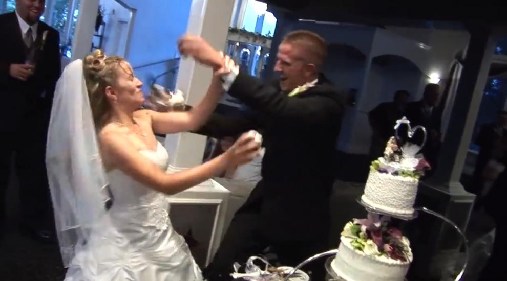 Durva jelenet az esküvőn: tortaszeletelés közben esett egymásnak a menyasszony és a vőlegény