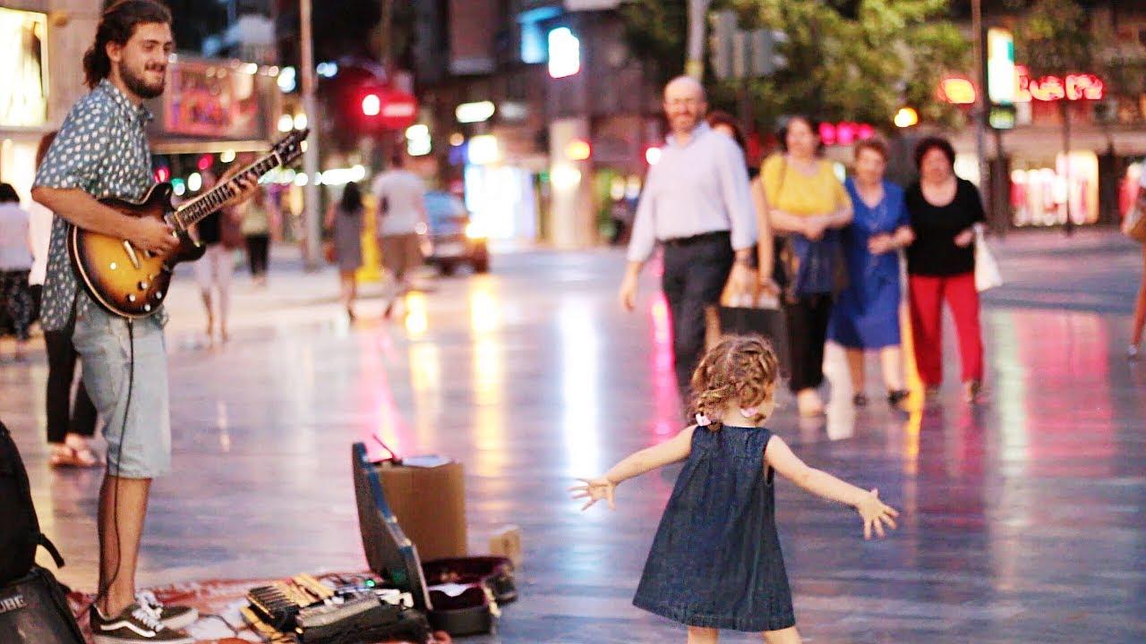 A kislány határozott léptekkel közelíti meg az utcai zenészt. Pillanatokon belül már övé a főszerep!
