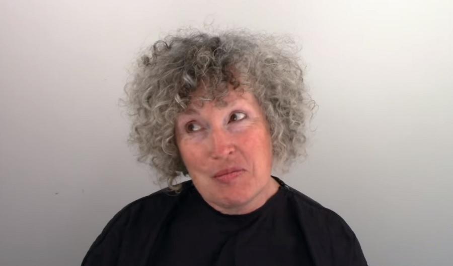 Beleunt az ősz hajába, ezért időpontot kért a fodrászától - Új frizurája világsztárhoz illő!