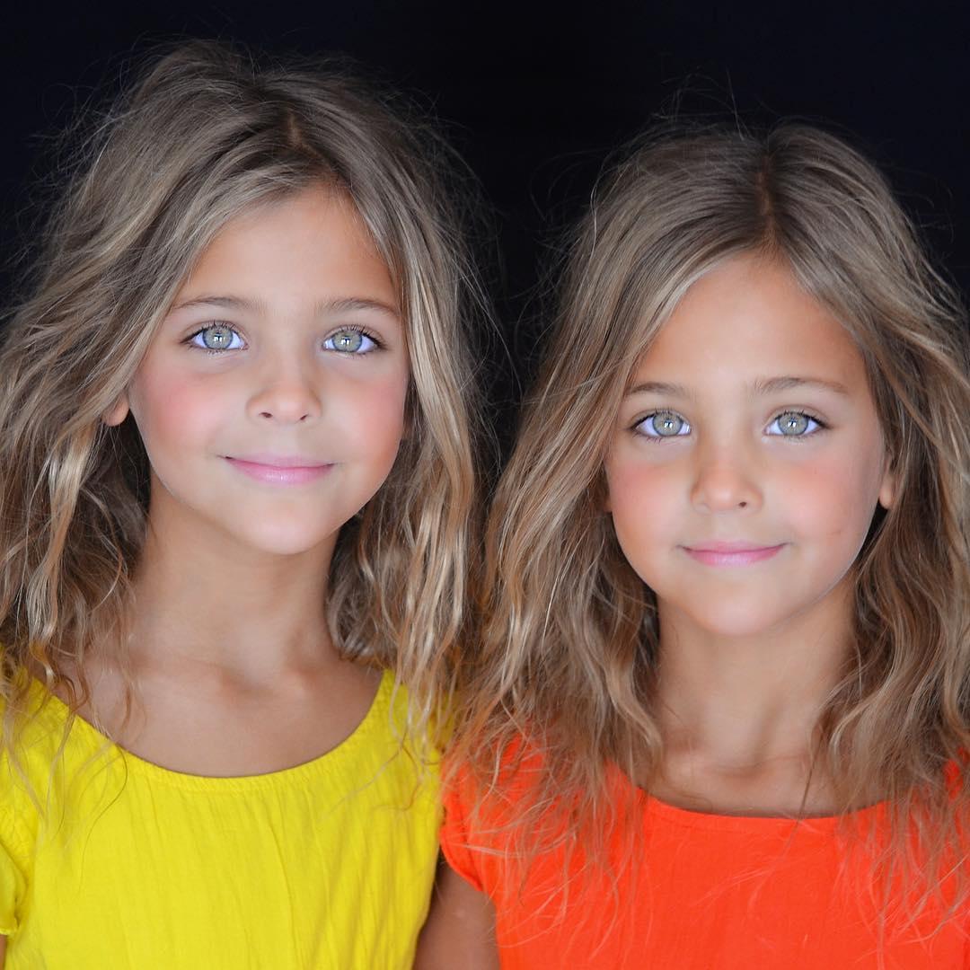 """Az emberek szerint a 7 éves ikerlányok """"a világ legszebb ikrei"""", most sikeres gyerekmodellek"""
