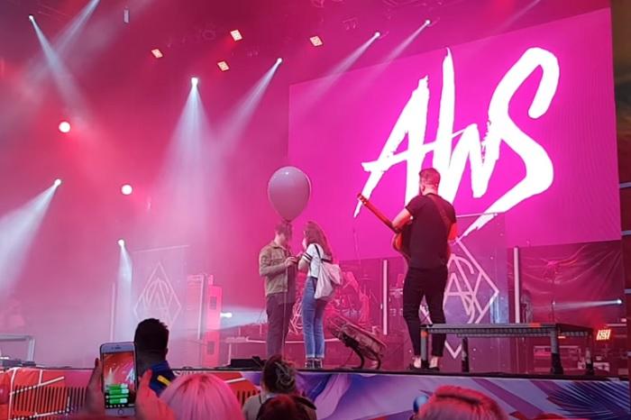 Az AWS zenekar énekese így kérte meg barátnője kezét