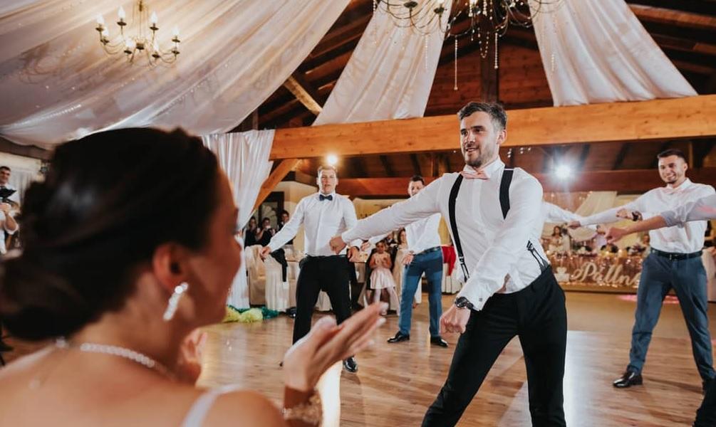 A vőlegény és barátai olyan esküvői táncot adtak, hogy arra még a menyasszony is azt mondta: WOÁW