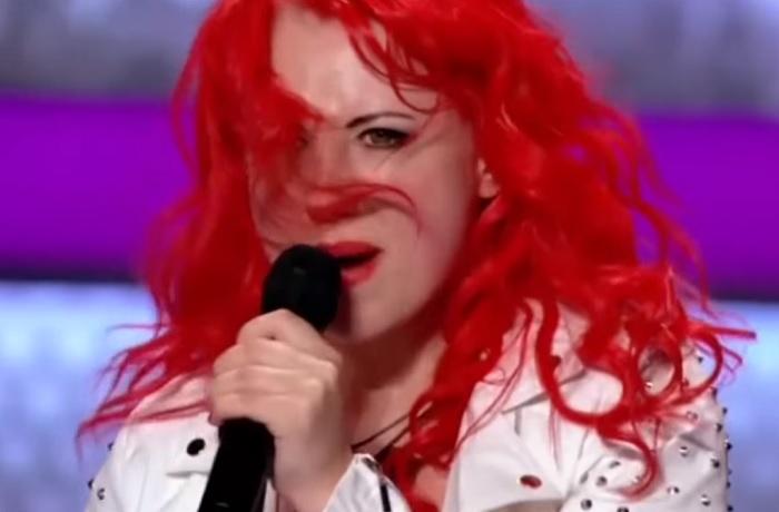 Dögös vörös haj, igéző tekintet, tökéletes hang és egy Queen-dal! Ez a lány megmutatta, hogy mit jelent igazi előadónak lenni!