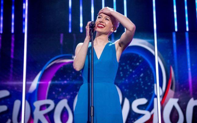 Az incidens, ami megzavarta az Eurovíziót: éneklés közben kapta ki Nagy-Britannia énekesnőjének mikrofonját egy férfi