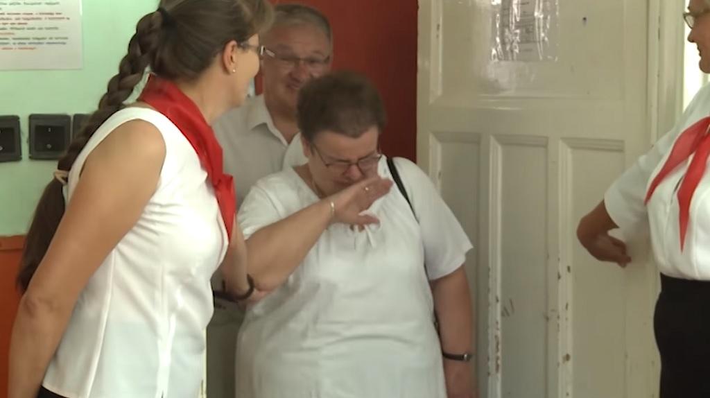 Könnyek nélkül nem lehet kibírni a nyugdíjba vonuló tanárnő búcsúztatását