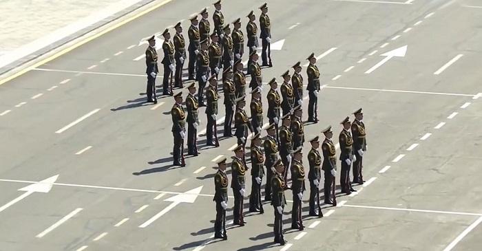 Az örmény hadsereg megkezdi a parádés felvonulást. Ilyen műsort katonák még sosem vittek színre!