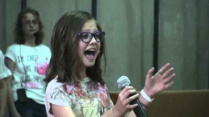 Még Beyoncé is megirigyelhetné, ahogyan ez a 11 éves szégyenlős kislány énekel!