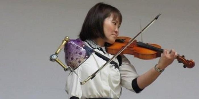 Ez a japán nő műkarjával húzza a hegedűt. A látvány és a hangzás is szédületes!
