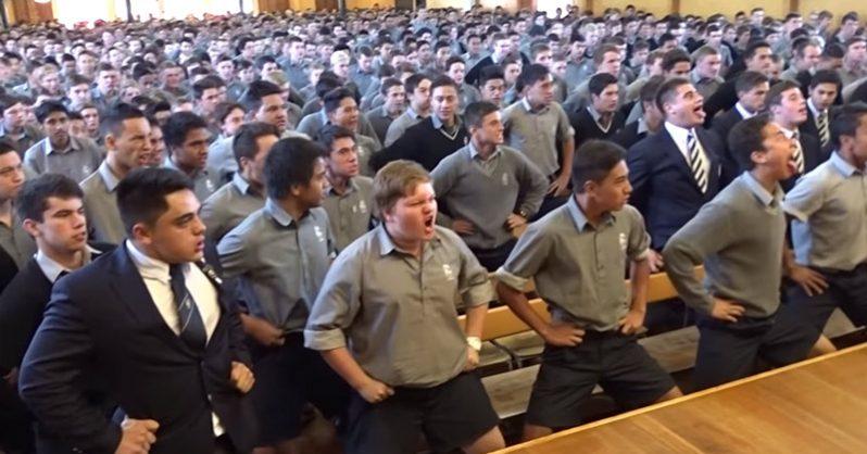Nyugdíjba vonult a tanár, több száz diák adta elő a legmeghatóbb Haka táncot tiszteletére
