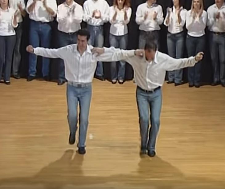 Ez a két férfi bemutatja, hogy miként kell járni a görög szirtaki táncot!