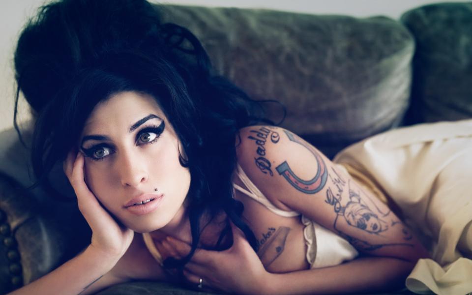 5 felejthetetlen dal, melyek által Amy Winehouse emléke örökké élni fog!