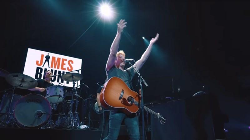 Élő dalpremier: James Blunt - Someone Singing Along