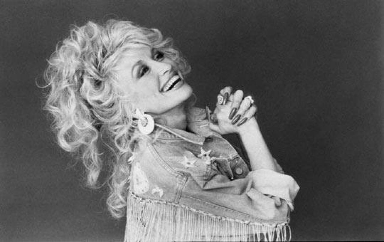 Sorozat készül Dolly Parton életéről! Ennek a dalnak a története is vászonra kerül